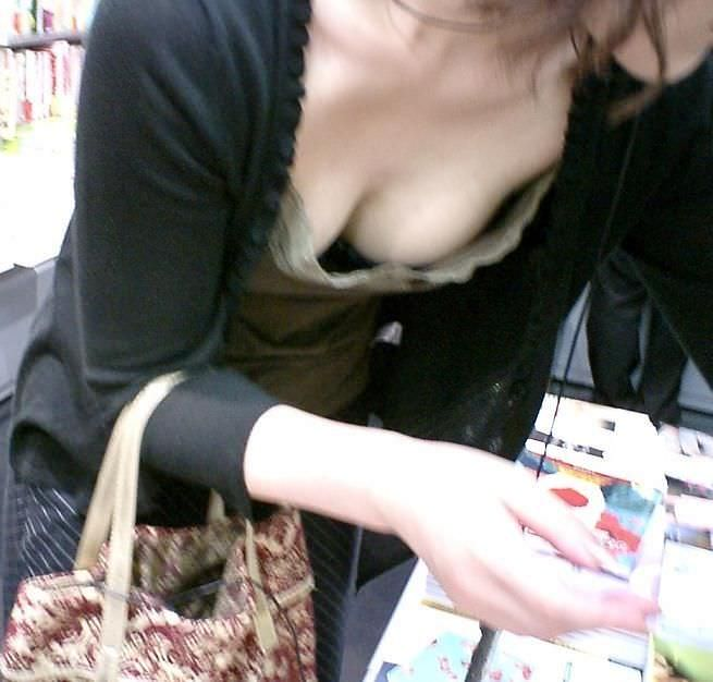 乳首とか乳房が丸見えな若妻の街撮り胸チラおっっぱい画像www 1420