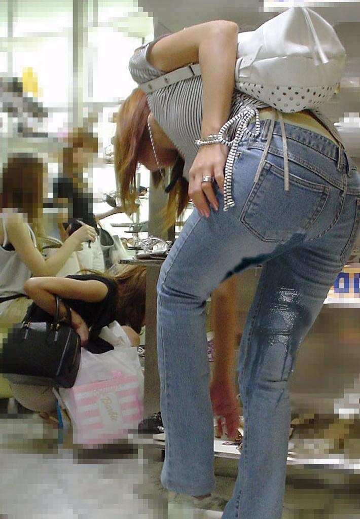 おしっこ我慢できなくてお漏らししてる素人女性の街撮りとか野ションしてる変態画像www 2124