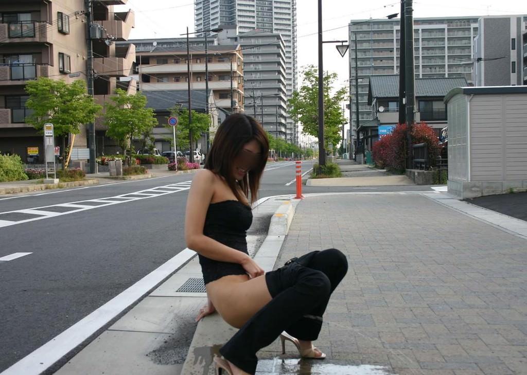 おしっこ我慢できなくてお漏らししてる素人女性の街撮りとか野ションしてる変態画像www 3624