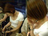 電車の座席でおっぱい見せする素人のお姉さん好きーwwwおっぱいブラジャー丸見えの胸チラ画像だぁーwww