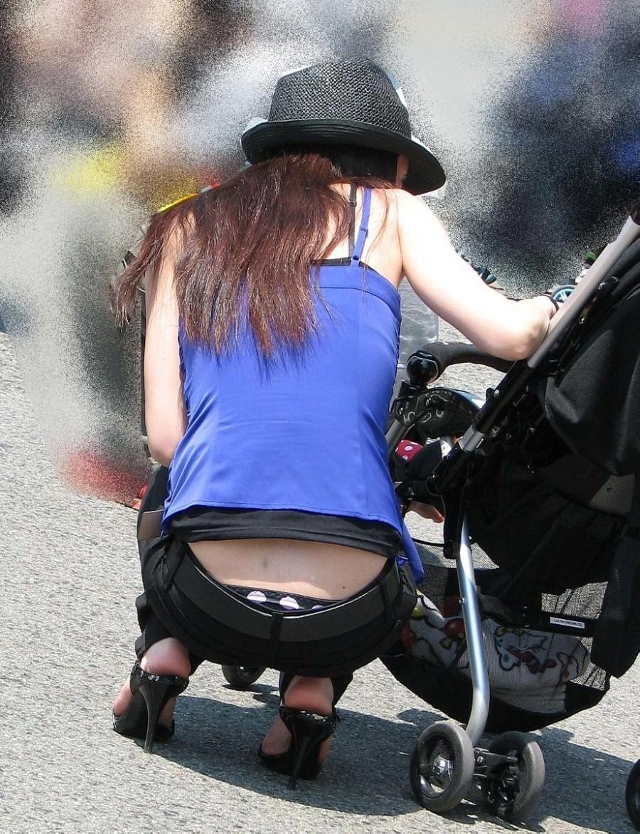 気付かないのぉwww街中でローライズが半ケツしてるアナルが見えそうな人妻街撮り盗撮www 1025