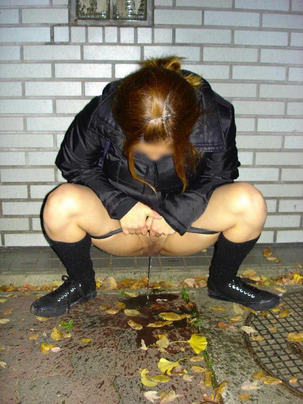 オシッコが我慢出来ない女の子がお外でしちゃった放尿www 1635