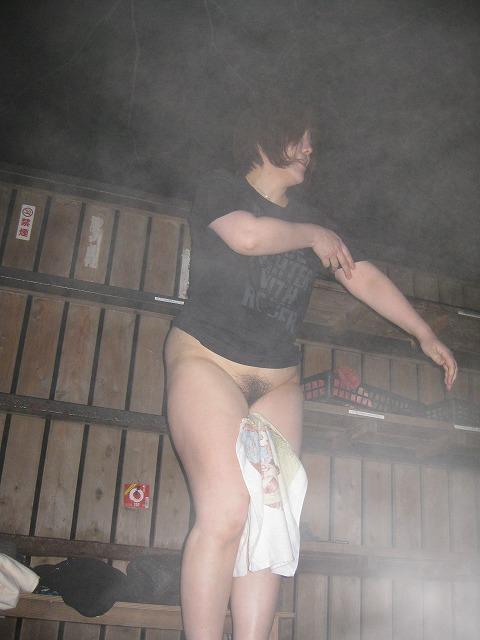 平日の貸切状態の温泉で変態夫婦が奥さんとエッチな撮影www 1516