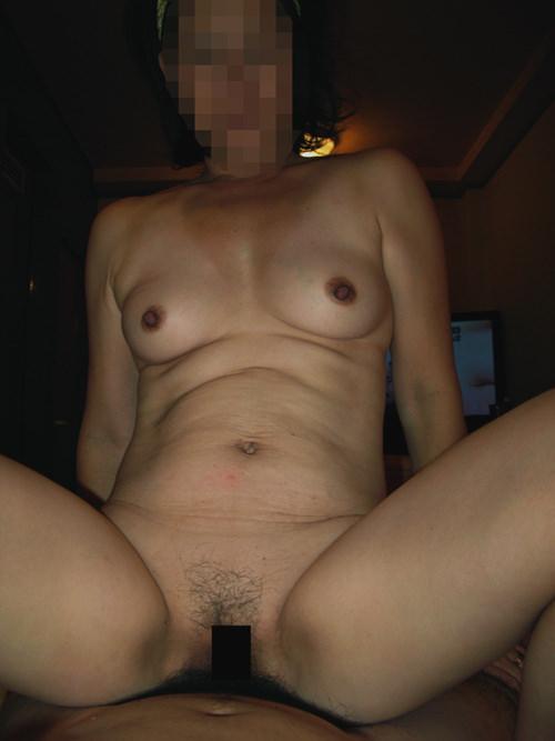 下から子宮を突かれてアヘアヘ感じてる人妻の騎乗位ハメ撮りセックスwww 15260