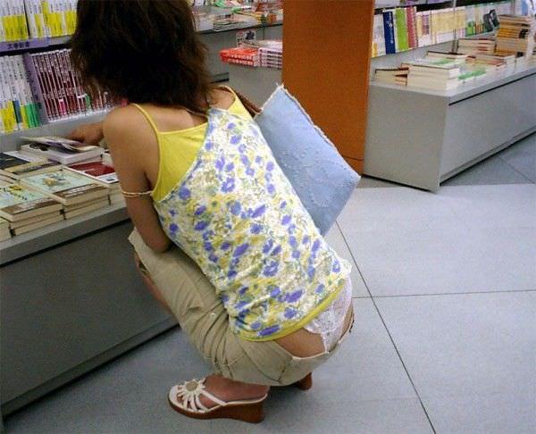 ローライズ履くギャルのちら見えパンティーと半ケツを街撮り盗撮www 15273