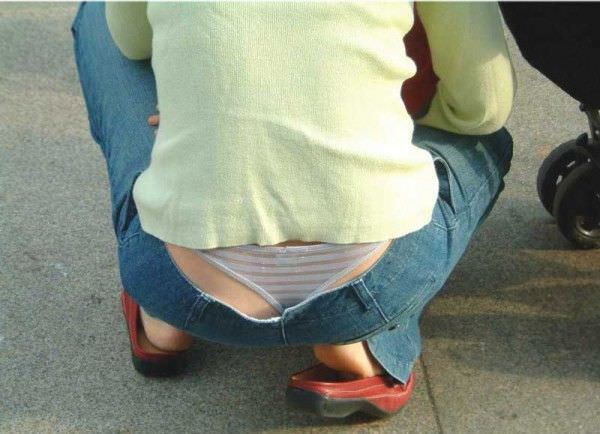 ローライズ履くギャルのちら見えパンティーと半ケツを街撮り盗撮www 15275