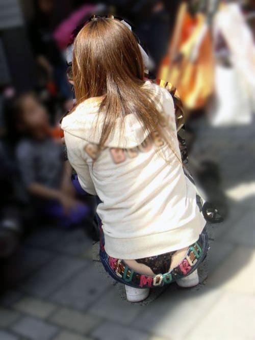 ローライズ履くギャルのちら見えパンティーと半ケツを街撮り盗撮www 15280
