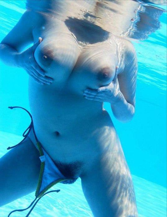 プールの中でバレないと思っておっぱいお尻出してるおバカな女子www 1553