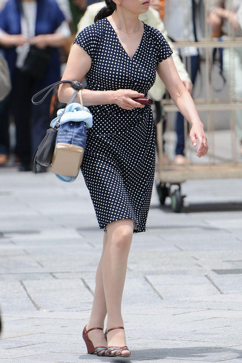 清楚系のキレイな30代お姉さんや人妻がスカート履いてる街撮り盗撮画像www 0104