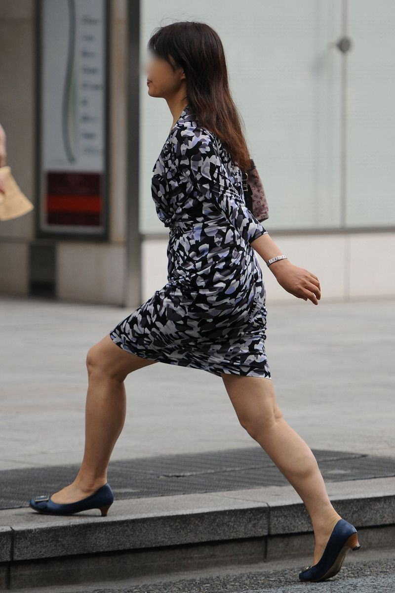 清楚系のキレイな30代お姉さんや人妻がスカート履いてる街撮り盗撮画像www 0110