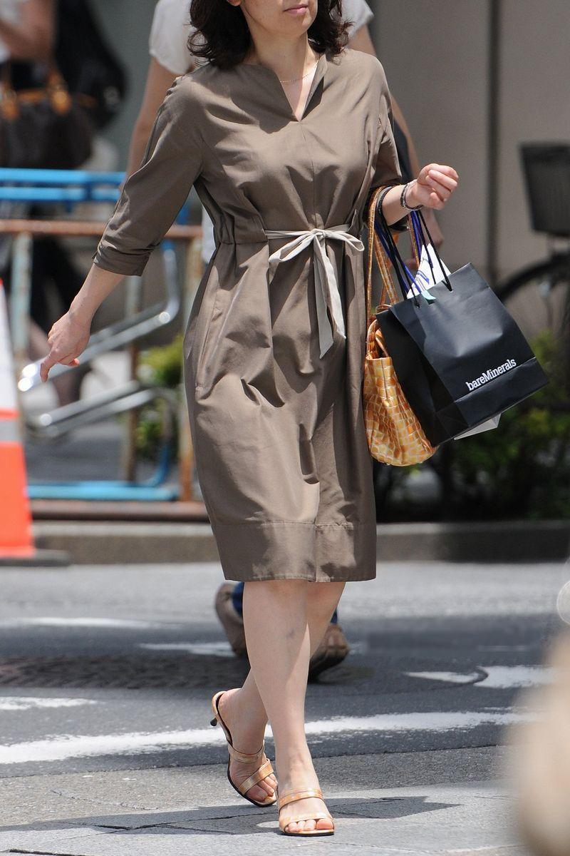 清楚系のキレイな30代お姉さんや人妻がスカート履いてる街撮り盗撮画像www 0124