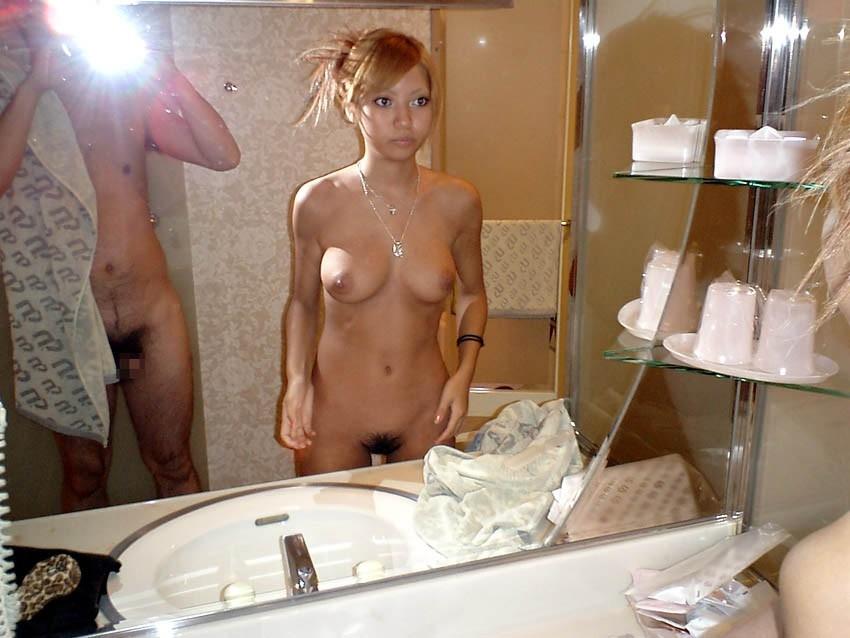 彼女のアソコにチンポコ突っ込んでる姿を客観的に捉えた鏡越しのハメ撮りファックw 0437