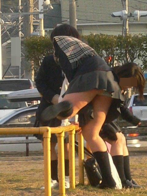 街撮りガチ盗撮!!肉付きが良いお尻に食い込む思春期JKのパンチラ画像www 0838