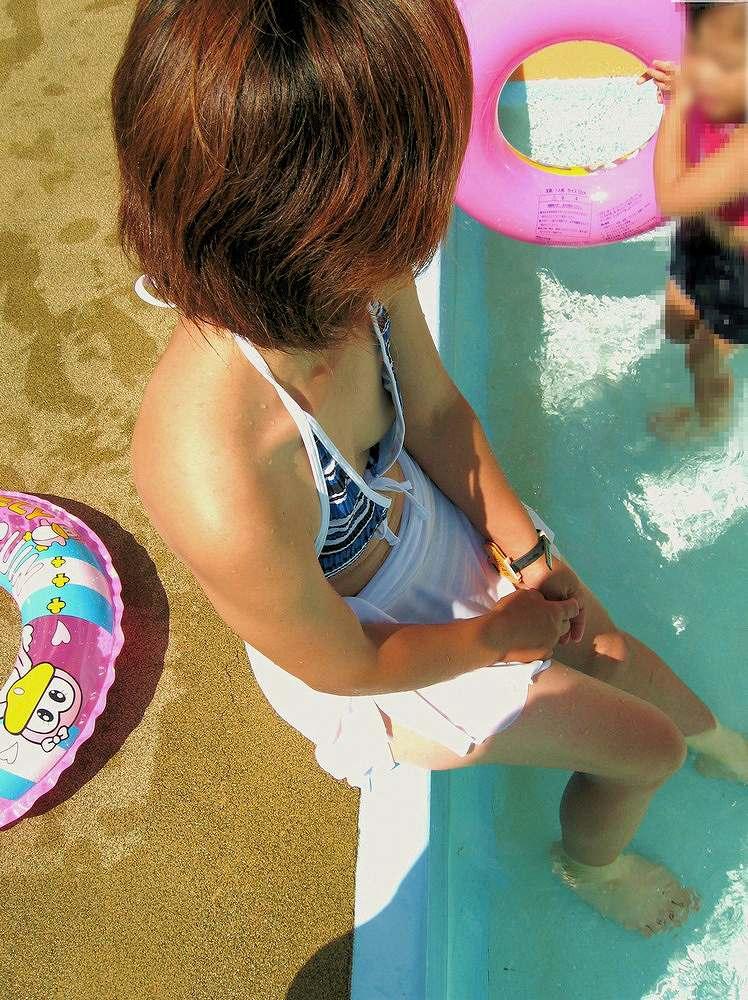 貧乳おっぱいのせいで水着が浮いるwww乳首がチラ見えしてる素人ビキニ娘を盗撮www 0904