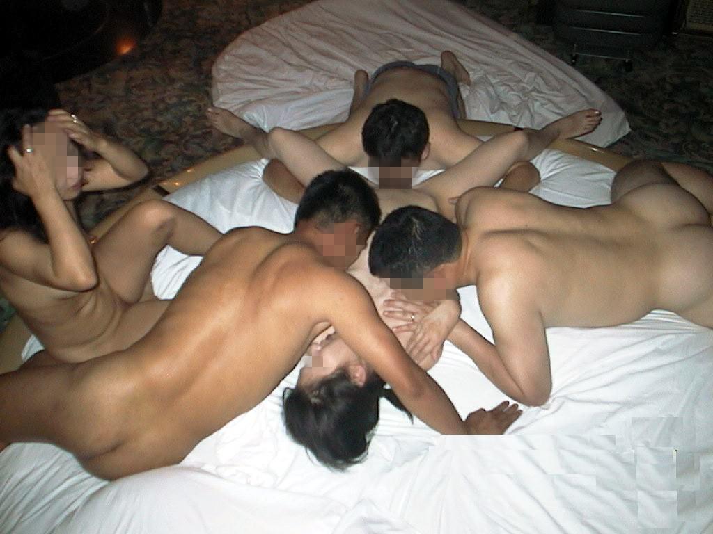 複数の男女が入り乱れる乱交現場!!マン汁とザーメンの臭いが混じって生臭すぎwww 1404