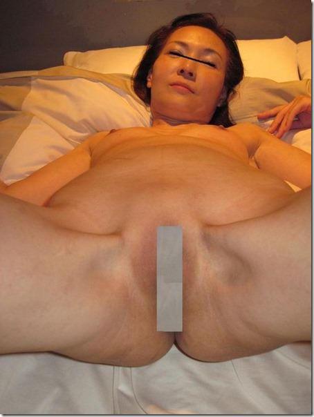 間男に剃毛された熟女のパイパンまんこ☆性欲が強すぎて不倫する人妻たちwww 2106