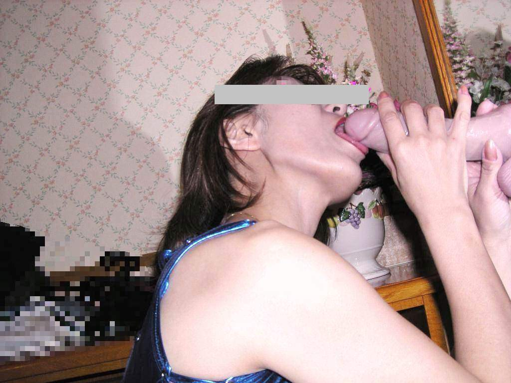 不倫の間男に犯されながらディルドやバイブをフェラするチンコが好き人妻www 2329