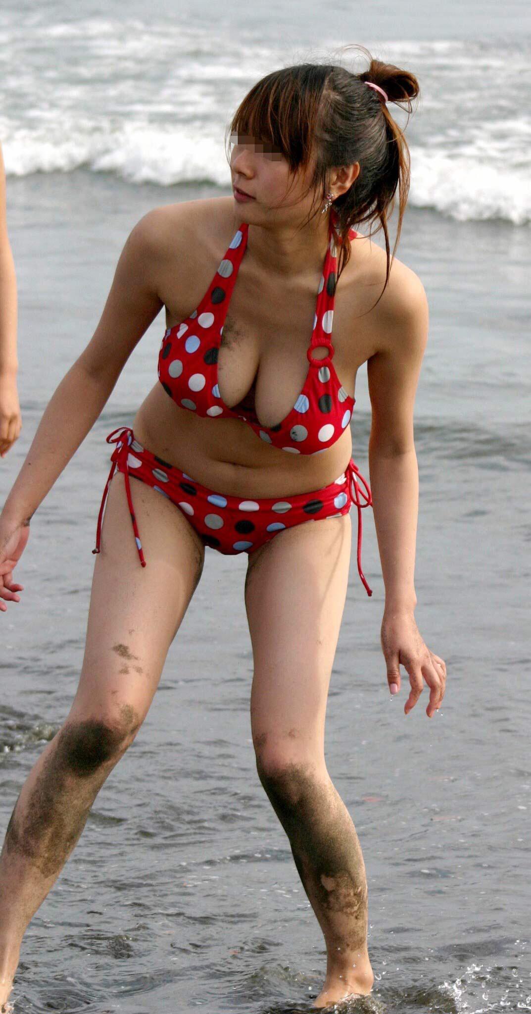 【画像あり】巨乳おっぱいしたビキニのお姉さん『海なう。』wwwwwww g1vmxgK