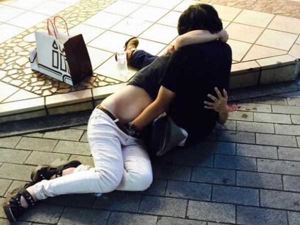 サークル合コンで酔った女子大学生が路上でテマンwwwwwwパンツ丸見え胸チラしすぎでムラムラするwwwwww