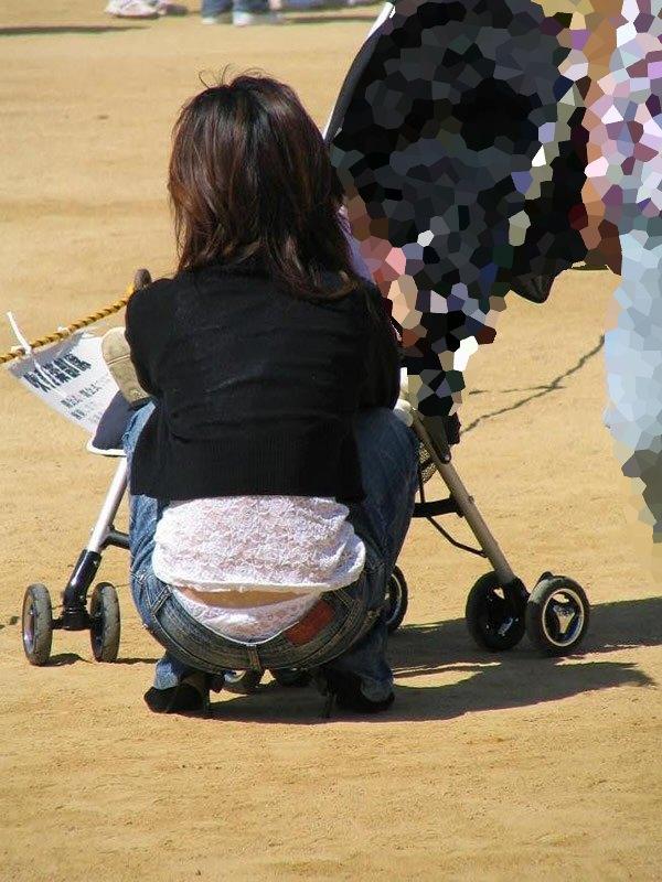 公園撮り盗撮!!パンツが出てることに気づかないデニムはみ出る人妻お尻パンチラwwww 0119
