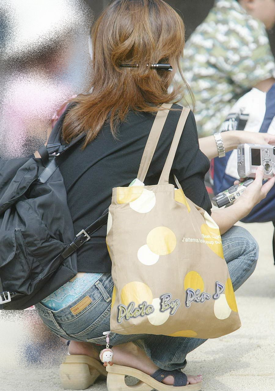 公園撮り盗撮!!パンツが出てることに気づかないデニムはみ出る人妻お尻パンチラwwww 0128