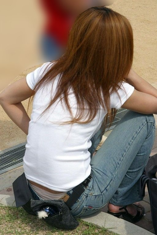 公園撮り盗撮!!パンツが出てることに気づかないデニムはみ出る人妻お尻パンチラwwww 0135