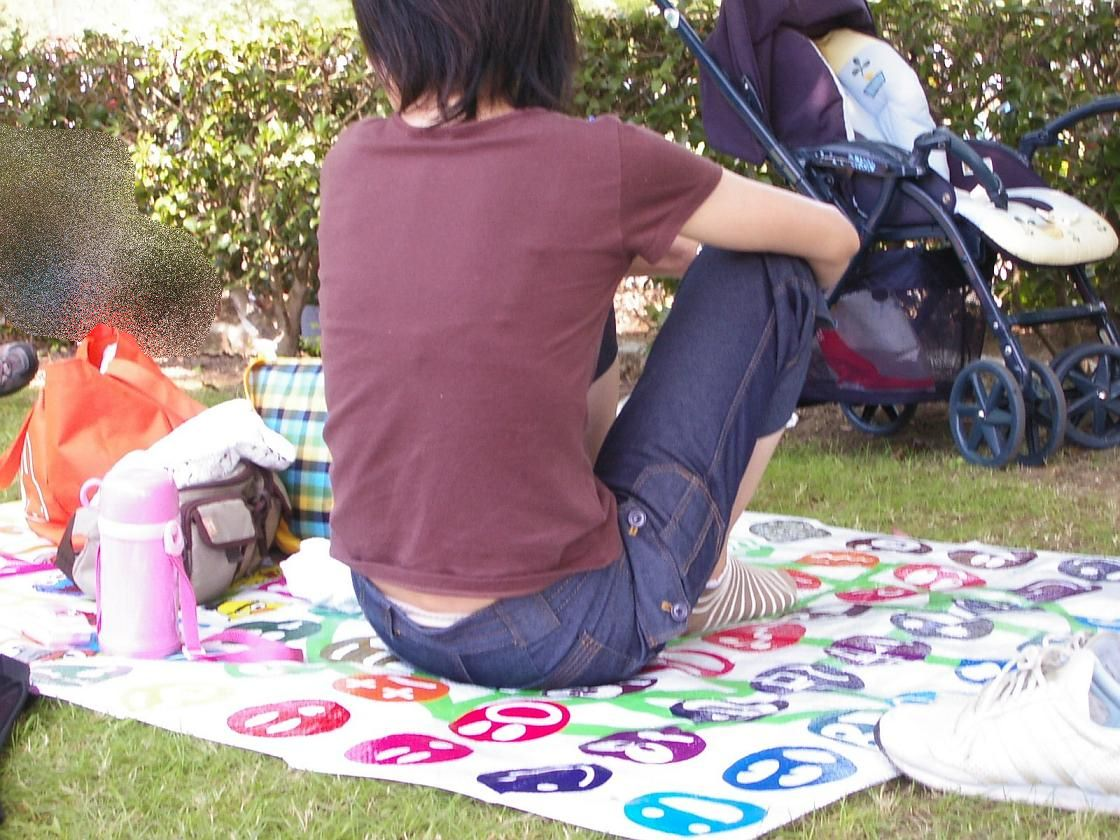 公園撮り盗撮!!パンツが出てることに気づかないデニムはみ出る人妻お尻パンチラwwww 0136