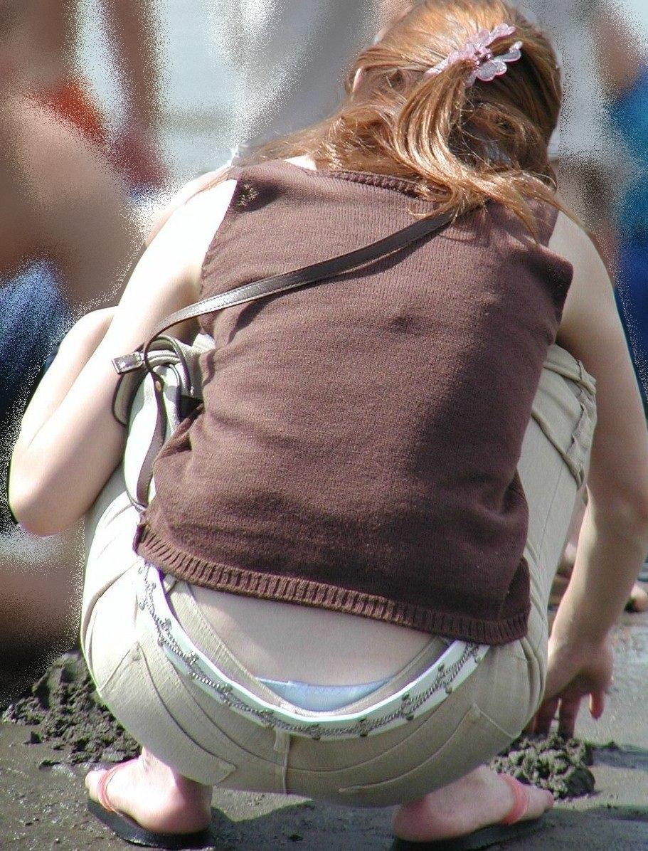 公園撮り盗撮!!パンツが出てることに気づかないデニムはみ出る人妻お尻パンチラwwww 0141