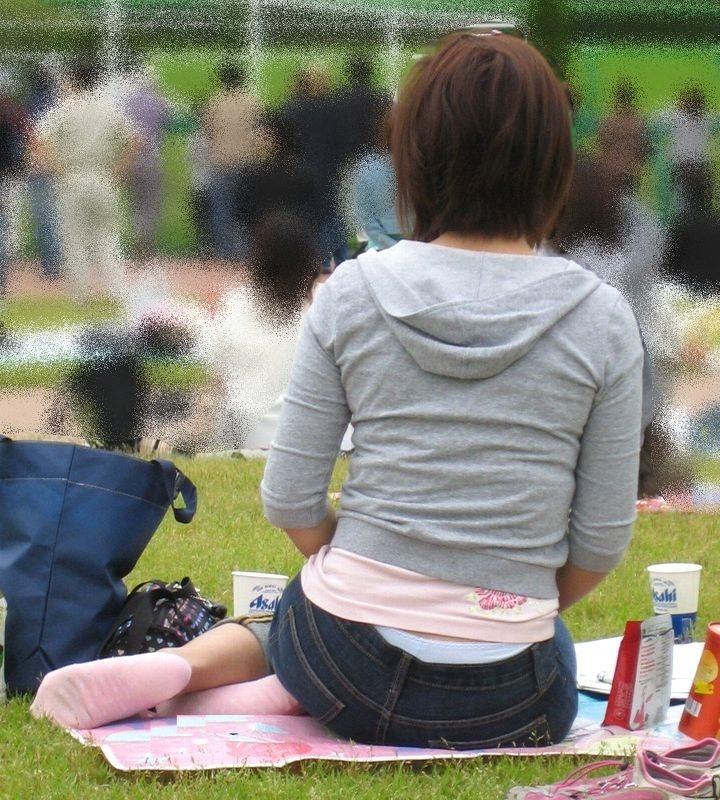 公園撮り盗撮!!パンツが出てることに気づかないデニムはみ出る人妻お尻パンチラwwww 0146