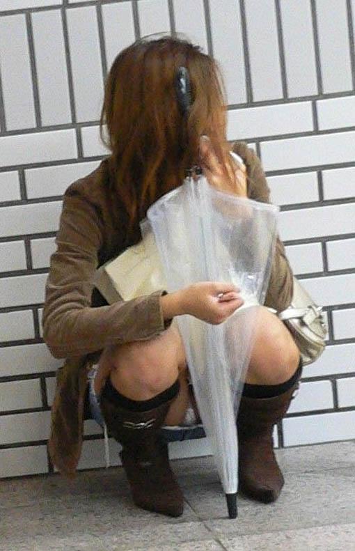 正面からのアングルで正攻法パンチラ!!スカートでしゃがみ込む素人娘パンツwww 0419