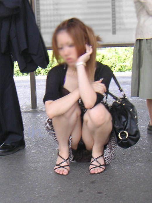 正面からのアングルで正攻法パンチラ!!スカートでしゃがみ込む素人娘パンツwww 0420
