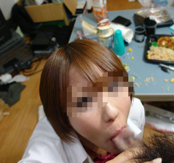 旦那のチンコを口いっぱいに頬張る素人妻のフェラチオ投稿画像wwww 0445