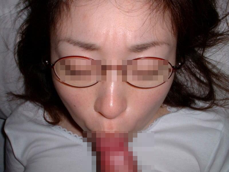 旦那のチンコを口いっぱいに頬張る素人妻のフェラチオ投稿画像wwww 0454