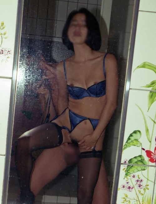 彼女や人妻が男のチンポコにぎにぎ手コキしてるwww鏡越しにラブラブバカップルの記念撮影www 2836