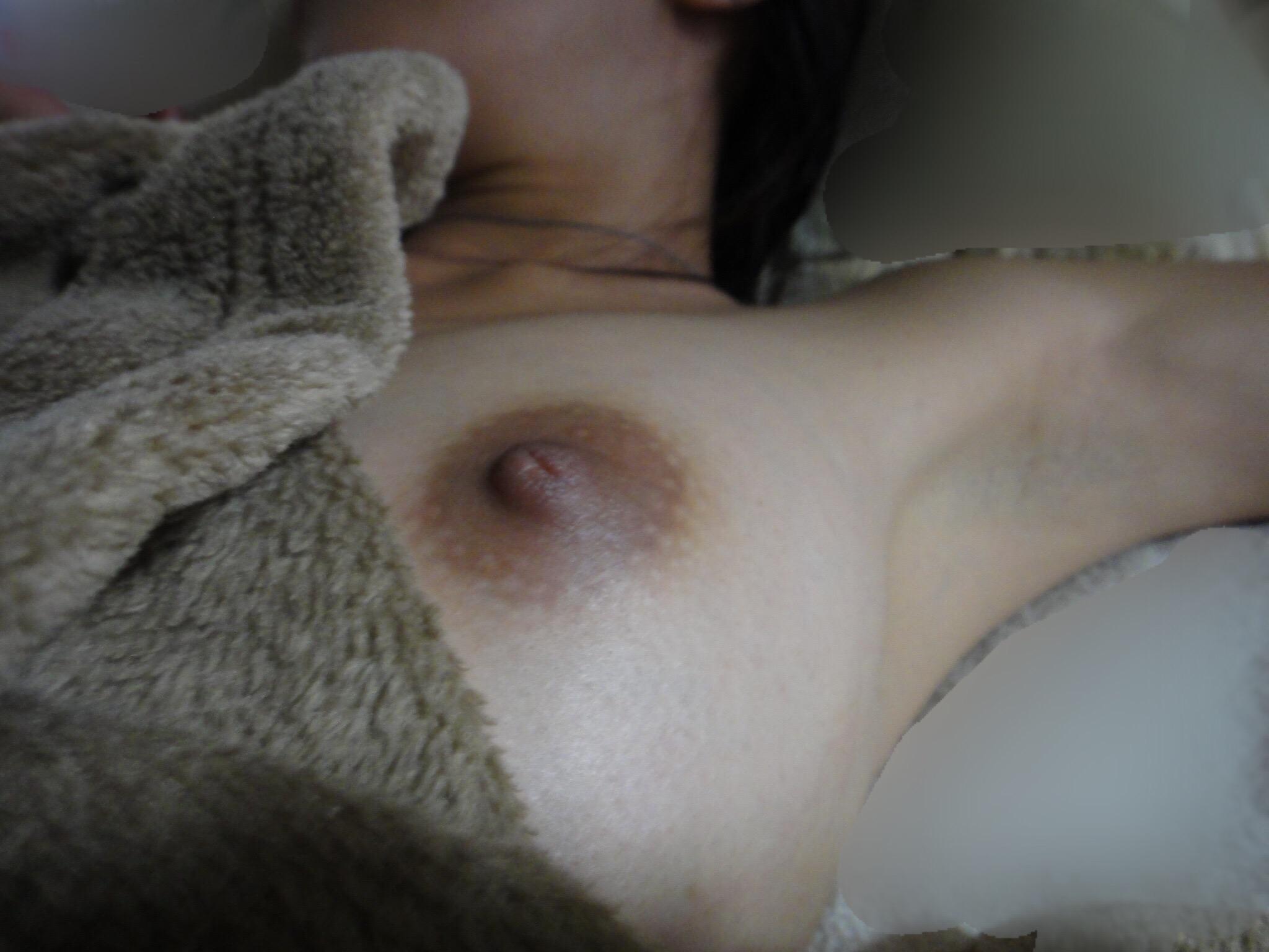 【画像】彼女が寝てるところを盗み撮りしたぞー匂いが感じれるくらい生々しいおっぱいワロタwwwwwwwwwww MDo1mFN