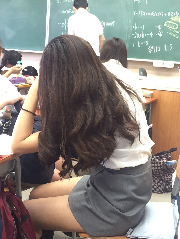 【画像】制服がタイトスカートのJKエロすぎい!!! UMw14nc