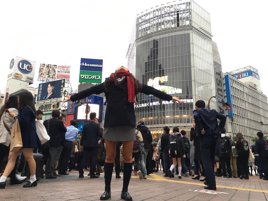【画像】制服がタイトスカートのJKエロすぎい!!! c1uZgO6