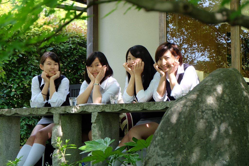 【画像】制服がタイトスカートのJKエロすぎい!!! llriNm2