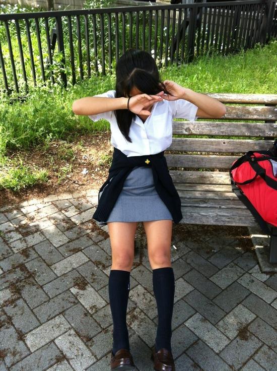 【画像】制服がタイトスカートのJKエロすぎい!!! mLmuuWi