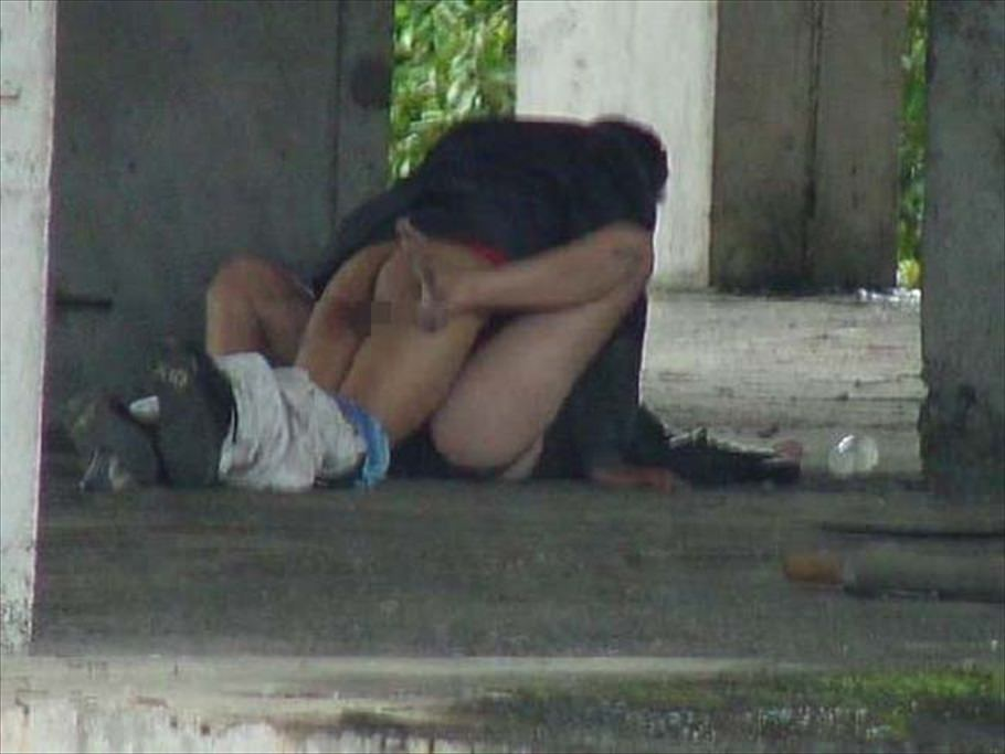 性欲で周りが見えなくなったバカップルの青姦www盗み撮りされてるのに気付いてないwww 0420