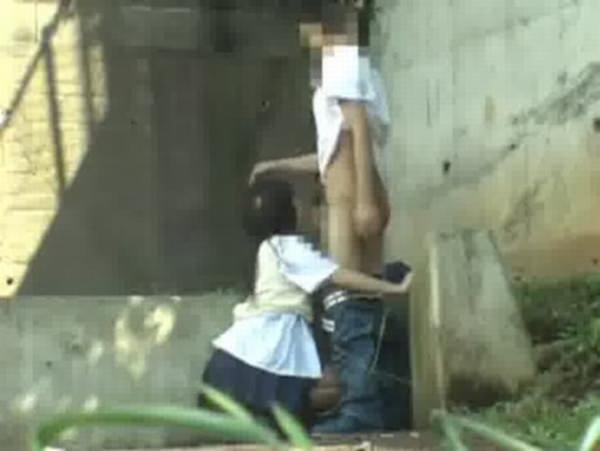 性欲で周りが見えなくなったバカップルの青姦www盗み撮りされてるのに気付いてないwww 0422