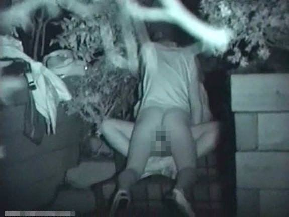 性欲で周りが見えなくなったバカップルの青姦www盗み撮りされてるのに気付いてないwww 0435