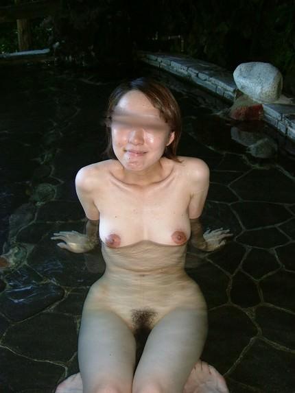 女友達と露天風呂で裸の記念撮影!!素人ヌード画像がネットで拡散www 15104