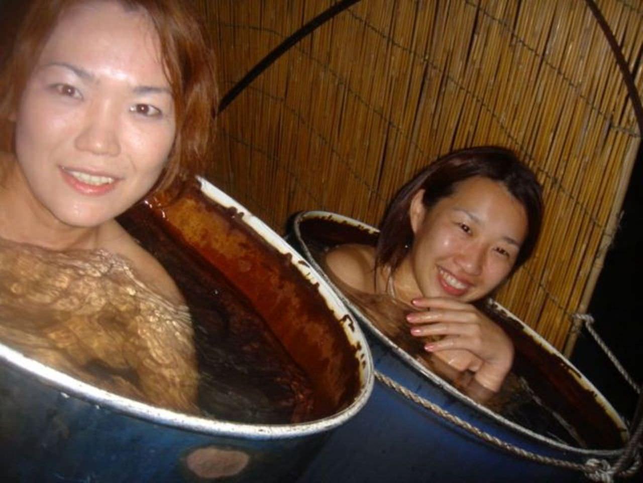 女友達と露天風呂で裸の記念撮影!!素人ヌード画像がネットで拡散www 15110