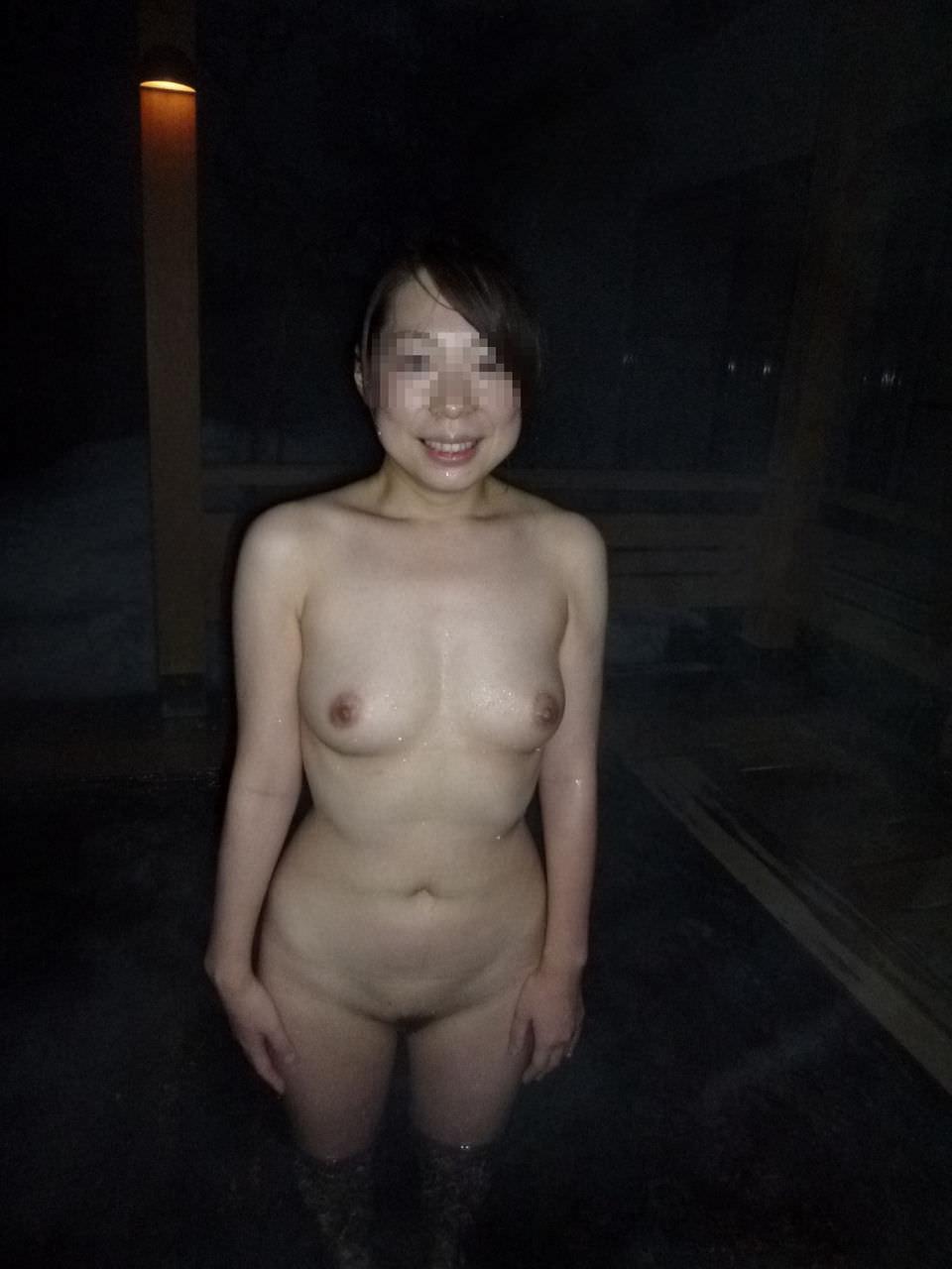 女友達と露天風呂で裸の記念撮影!!!素人ヌード画像がネットで拡散wwwwww 15114