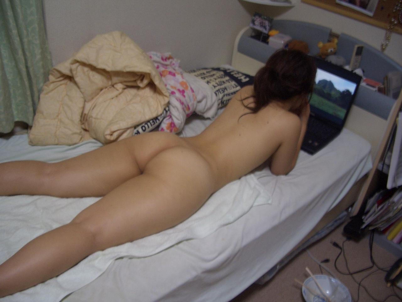 彼氏から流出!!?自宅で隠し撮りされた女子大生の裸やお尻の画像wwww 7Qddtq7