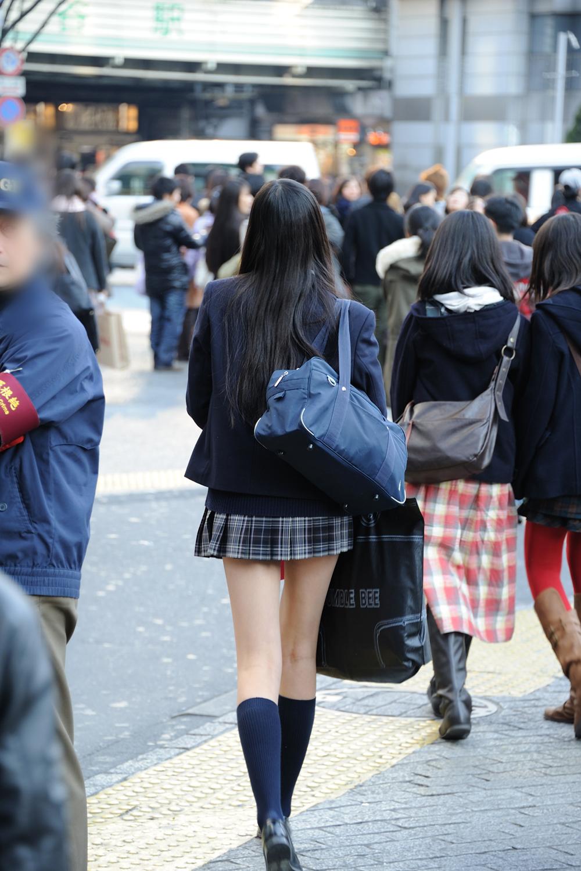女子高生の綺麗な太もも街撮りwwwサワサワお触りしたいですwwww HSpUc8N 2