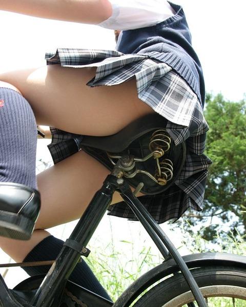 チンコ挟みたくなるエロい足の街撮り画像貼ってこうぜwwwwwwww JUaI30e