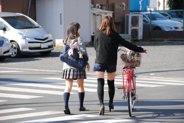 ショートパンツとかいうエロすぎる服装した女達を街撮りした結果wwwwwww KiK6J4x