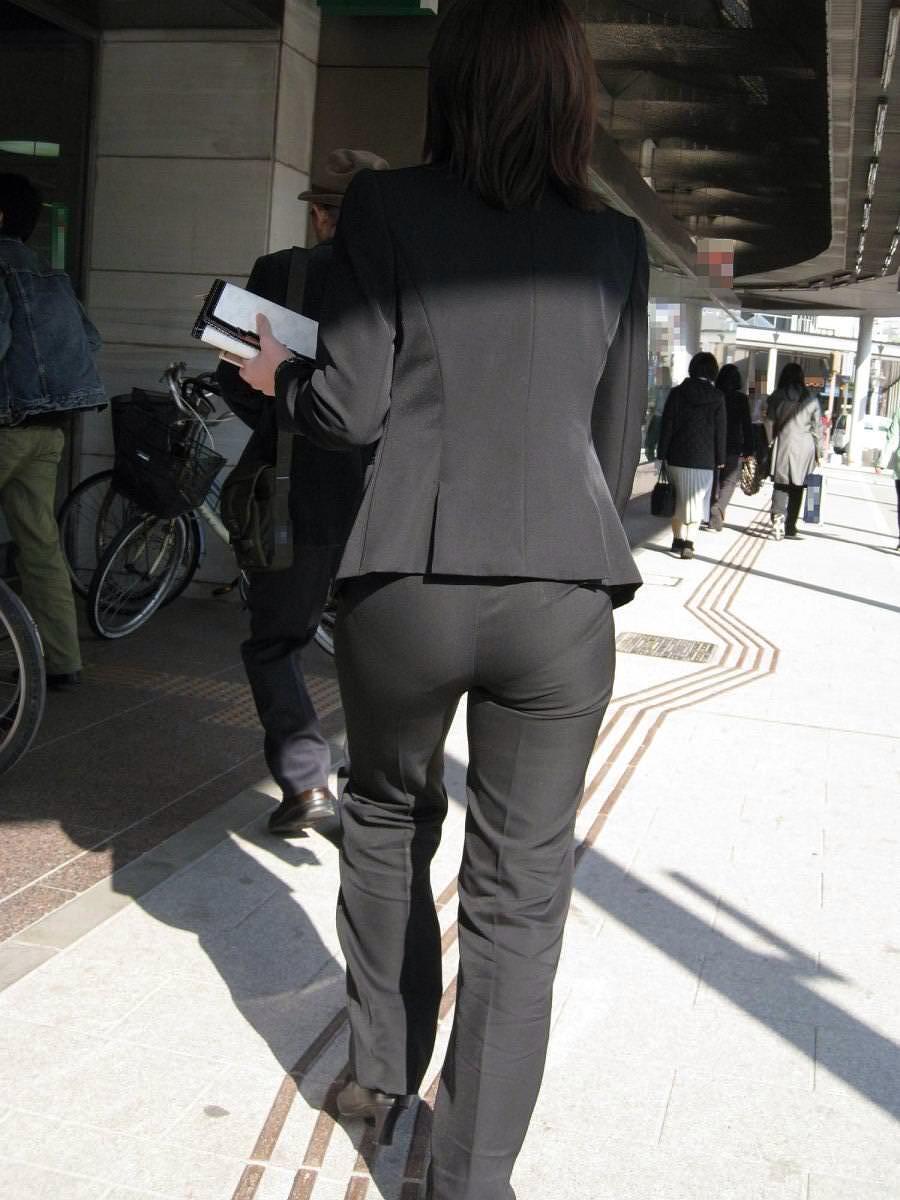 むっちりお尻祭りwwwwパンツスーツ履いてるOLのケツがプルプルしてるしwwwww MfffSOU